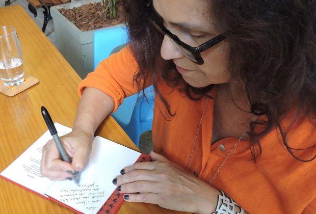 Biblioteca Municipal recebe atividade com autora de livro infanto-juvenil