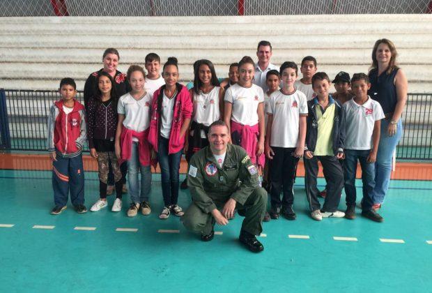 Alunos da rede municipal participam de palestra da Força Aérea Brasileira