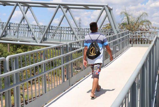 Passarela sobre linha férrea é entregue e beneficia moradores da região do Cruzeiro do Sul