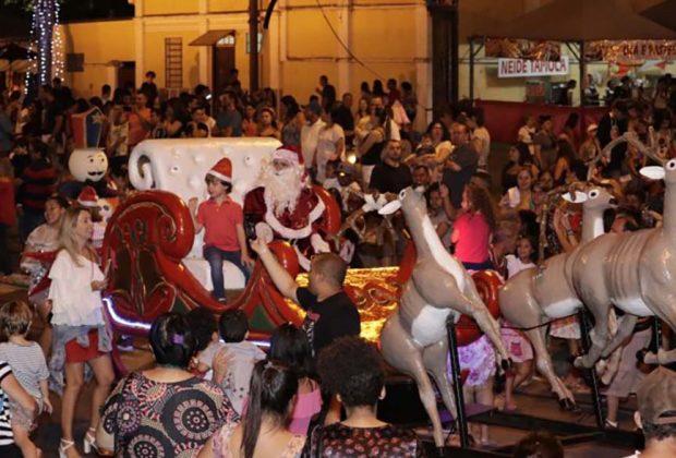 Parada de Natal levou magia ao Centro Cultural de Jaguariúna neste domingo