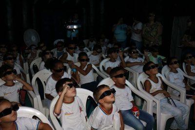 """Alunos da rede municipal de ensino de Artur Nogueira recebem o Cinema 4D """"Mundo das Águas""""."""