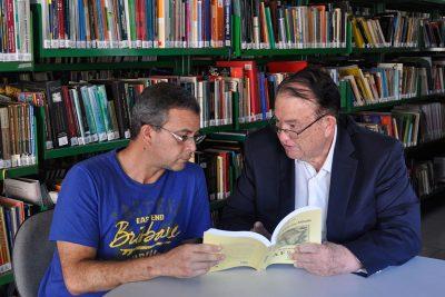 Escritor conchalense doa mais um de seus livros à biblioteca