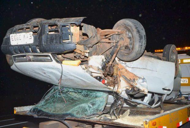 Condutor de pick up capota na SP 340 após colidir na traseira de um caminhão