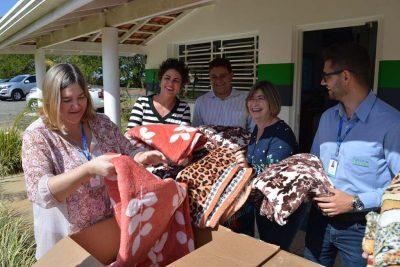 Águas de Holambra doa cobertores e reforça Campanha do Agasalho