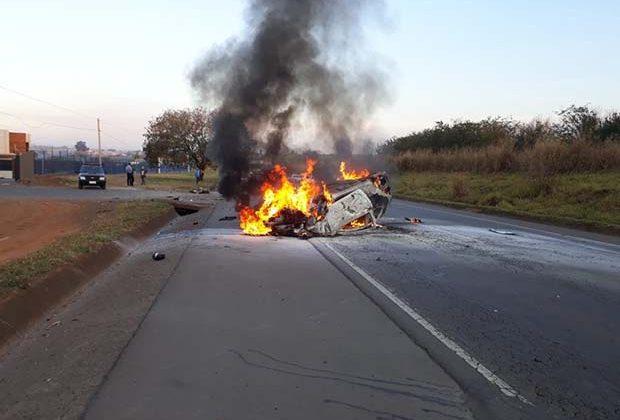 Motorista perde controle, atinge mureta e carro pega fogo em rodovia João Herman (SP-133) Cosmópolis