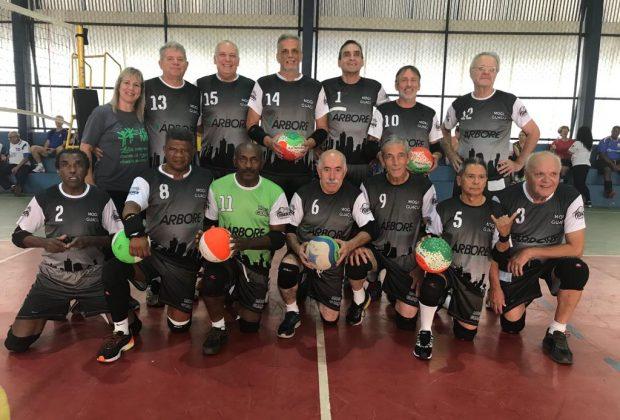 """Equipes de vôlei adaptado masculino são campeãs da competição """"Amigos do Esporte da Melhor Idade"""" em Mogi Guaçu"""