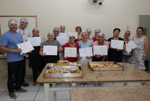 Fundo Social de Jaguariúna entrega certificados a participantes do curso Preparo de Pães Caseiros