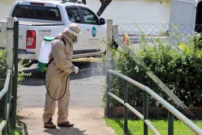 Prefeitura e voluntários promovem desinfecção de espaços públicos e de convívio