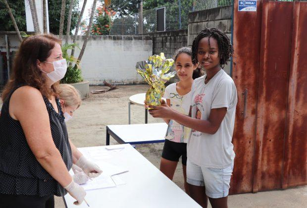 Prefeitura de Estiva Gerbi entrega ovos de Páscoa para alunos da rede municipal de Ensino