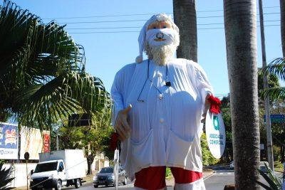 Papai Noel vestido de branco presta homenagem aos profissionais da Saúde em Mogi Guaçu