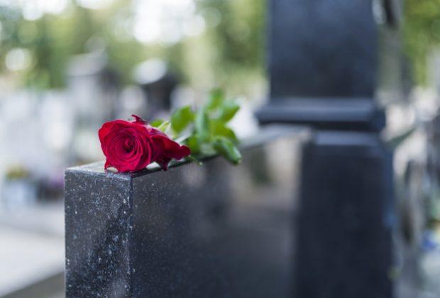 Cemitério de Mogi Mirim faz homenagem ao Dia das Mães com rosas em todas as lápides por conta do distanciamento social 07/05/2020