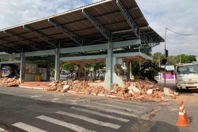 Prefeitura realiza demolição da antiga rodoviária no centro de Artur Nogueira