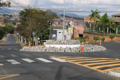 Empresa faz correção em assentamentos de paralelepípedos de rotatória – Itapira
