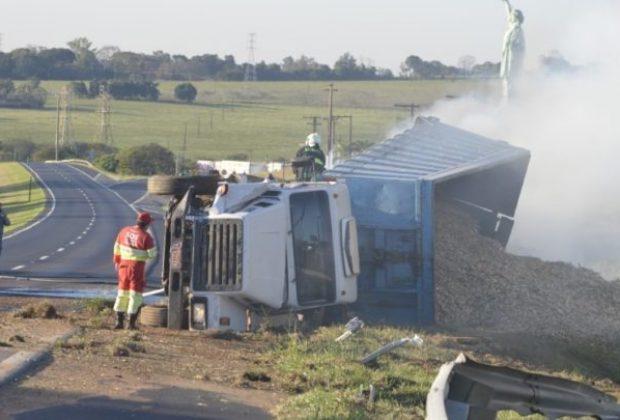Acidente na SP-340 deixa caminhão destruído
