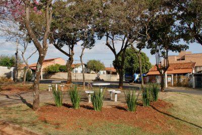 Manutenção na Praça Charles Hudson Clemente de Jaguariúna