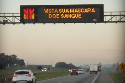 Mensagens nas rodovias paulistas alertam sobre a importância de usar máscaras