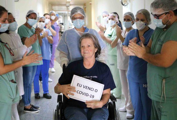 Mulher de 60 anos também comemora recuperação do coronavírus