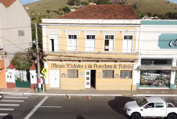 Prédio que abriga os Museus Histórico e da Porcelana de Pedreira está sendo reformado