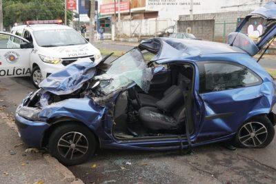 Motorista perde o controle do automóvel e bate em outros três carros