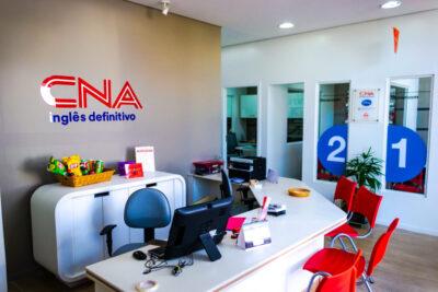 CNA Jaguariúna tem promoção com material didático grátis, além de brindes e matrículas online