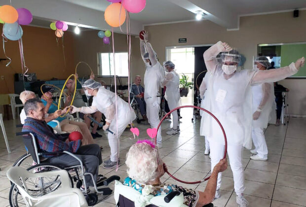 Fisioterapia Unifeob faz confraternização de carnaval no Lar São Vicente