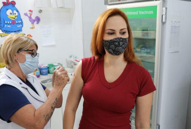 Mogi Guaçu inicia aplicação de segunda dose da vacina e amplia imunização da saúde