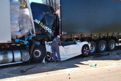 Carro é 'espremido' por duas carretas e cinco ficam feridos na Fernão Dias, em Extrema, MG