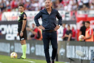 """Holan diz que Ângelo """"dança samba jogando"""" e projeta Santos ideal para a temporada"""