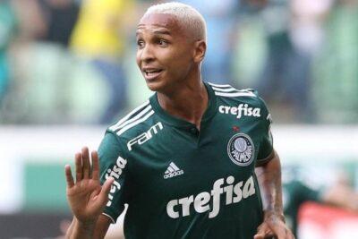 Ex-Palmeiras, Deyverson se joga em campo e gera confusão na Espanha