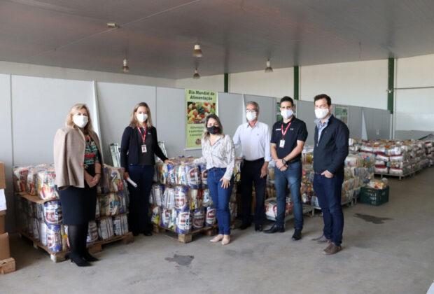 Empresa Lindsay doa 80 cestas básicas para o Município