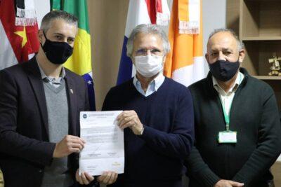 Em visita de Vanderlei Macris, Fernando Capato pede recurso para pavimentação da HBR-253