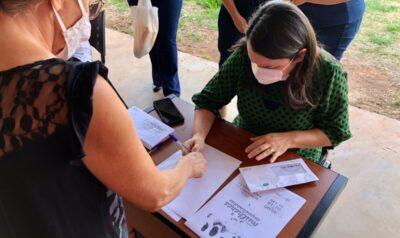 Famílias vulneráveis recebem cartão alimentação no valor de R$ 100,00