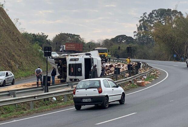 Motorista perde controle de caminhão e veículo tomba em rodovia de Jaguariúna